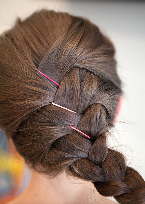 Create-beautiful-hairstyles-with-small-clips-2